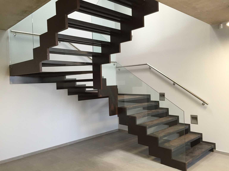 Barana de vidre minimalista escala interior