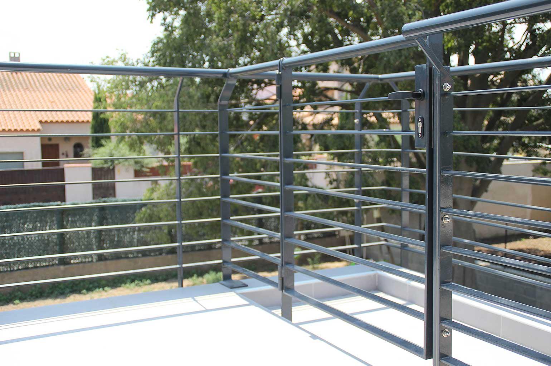 Barana exterior amb porta practicable