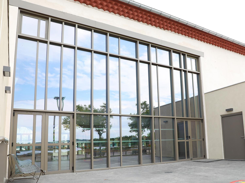 Nau industrial amb sistema mur cortina