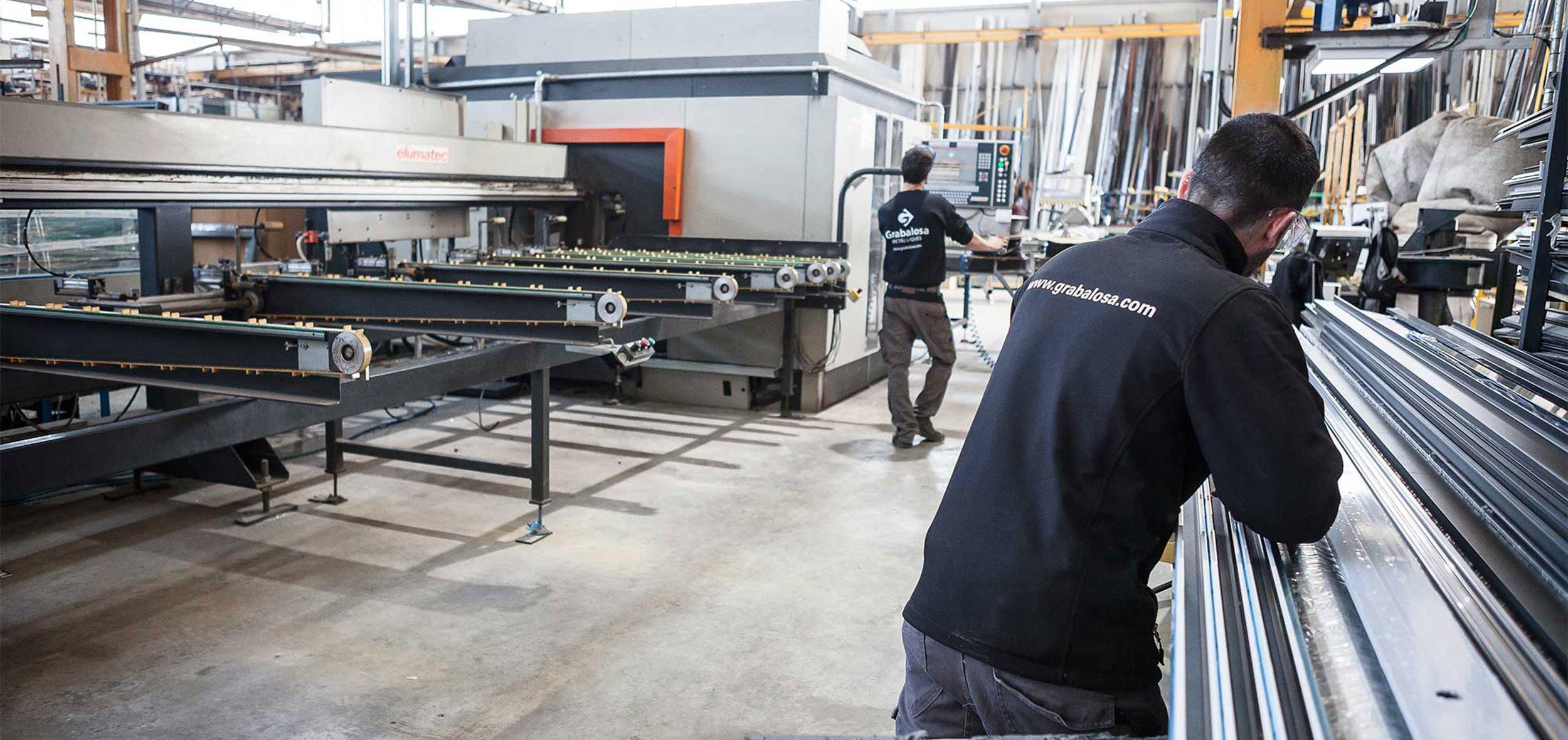 Empresa Metàl·liques Grabalosa - operaris fent servir maquinària